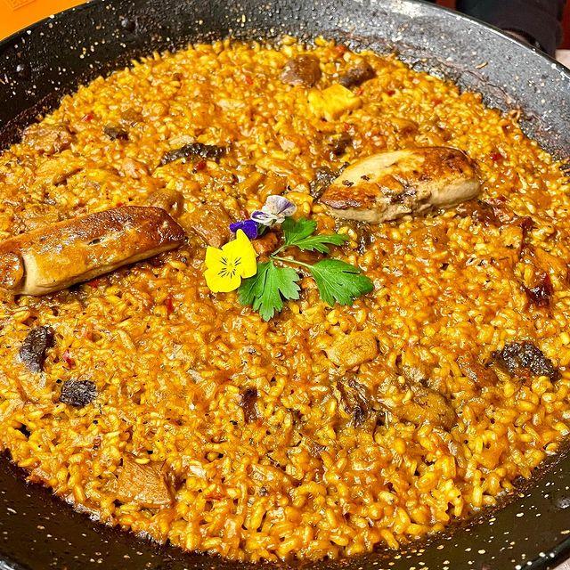 """Paella """"foie frais"""", múrgoles i """"Cep o Buixó"""". Em tornen boig els arrossos secs de paella. Aquest cop hem plorat de plaer a menjar aquesta paella acompanyada d'un bon vi de Ribera del Duero a l'Arrosseria Andorra, Andreia s'ha lluït adaptant una recepta de risotto elaborada a l'escola de cuina Hofmann de Barcelona a una exquisida paella de luxe al paladar."""