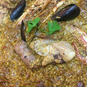 Arrossería Andorra. Un Restaurante singular es el restaurante Arrossería Andorra donde podemos comer una gran variedad de Paellas y arroces caldosos, desde la típica paella mixta hasta el arroz caldoso de Bogavante Gallego, siempre con el sabor de un buen Restaurante de playa. Arrossería Andorra está situado en el centro de Andorra la Vella, en el centro histórico de la capital junto a la Iglesia de Sant Esteve, y tiene capacidad para 35 personas en el salón, dispone además de una magnífica terraza, utilizable todo el año donde pueden sentarse una 20 personas más. Una carta literalmente de playa a la que se le añade cochinillo y entrecot o solomillo de Angus, también algunos platos veganos como las verduritas a la plancha. El resto de la carta son platos habituales en un buen Restaurante de la Costa Brava. Además todos los postres son artesanos, magníficos pasteles hechos cada día en su cocina. La dueña, Andreia es encantadora y forma parte con su exquisito trato del encanto de este pequeño Restaurante casero, familiar y muy prestigioso en Andorra la Vella. Reservas: T. +376826000. # Arrosseria Andorre. Un restaurant unique est le restaurant Arrosseria Andorra où nous pouvons manger une grande variété de paellas et de plats de riz, de la paella mixte typique à la soupe de homard galicienne, toujours avec la saveur d'un bon restaurant de plage. Arrosseria Andorra est situé dans le centre d'Andorre-la-Vieille, dans le centre historique de la capitale à côté de l'église de Sant Esteve, et a une capacité de 35 personnes dans le salon, il dispose également d'une magnifique terrasse, utilisable toute l'année où ils peuvent asseoir 20 personnes supplémentaires. Un menu littéralement plage auquel s'ajoutent cochon de lait et entrecôte ou surlonge Angus, ainsi que quelques plats végans comme les légumes grillés. Le reste du menu est composé de plats courants dans un bon restaurant de la Costa Brava. De plus, tous les desserts sont artisanaux, de magnifiques gâteaux réalisés 