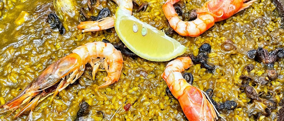 Descubre los mejores sitios para comer paella de marisco en Andorra la Vella y cercano. Consulta los precios de la paella vegetariana y la típica paella llamada española