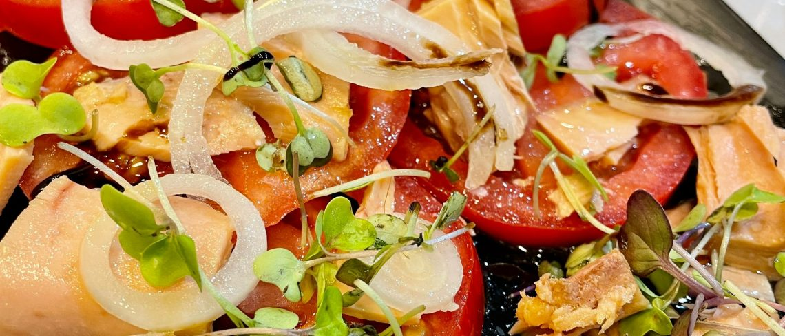 Alguns dels nostres plats com les croquetes de carn d'olla o el tomàquet de Barbastre amb ventresca de tonyina del nord.